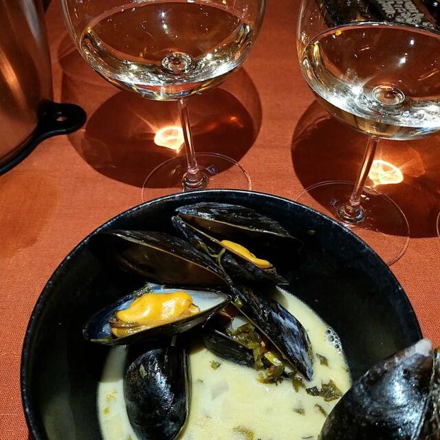Som vi lovade igår på vår AW med liveprovning av sauvignon blanc, här kommer receptet på musslor med gigantiska mängder färsk koriander. Tyvärr fick jag inte till någon fin bild, hann inte är nog sannare att säga. Det blev grymt gott och vi var våldshungriga... Jag brukar låta musslorna ligga i saltvatten någon timme innan jag tillagar dem, är de sandiga så brukar de spotta ut sanden i så fall. Fantastiskt stora musslor plockade i Grebbestad, grymt fina! Fräs hackad gul lök i smör i en rejält stor kastrull, i med lite chili (det skall inte bli heta, spicy musslor), tunt skivad ingefära och vitlök. Häll på minst en halv flaska vitt vin. Ju högre syra vinet har så ökar behovet av att runda av med lite socker i slutet. Låt vinet våldskoka några minuter så blir smaken djup och fyllig. Hacka massor av färsk koriander och lägg i, häll på grädde, smaka av. När du är nöjd, lägg i musslorna, på med locket och låt småkoka så att musslorna ångas klara, när musslorna är öppna är det klart. Servera med bröd att doppa i soppan, njut! Bästa vinet till var Sancerre, Domaine des Vieux Prunieres,  det kändes som koriander var en bra vän till sauvignon blanc. @domainedesvieuxprunieres @hallbusvin #sauvignonblanc #koriander #blåmusslor #skaldjur #vintips #hallbusvintips #livesändning #vinonline #vinprovning #vinprova #matochvin #vinochmat #vinporr #matporr #wineporn #foodporn #skål #älskavin #vin #vino #wine #winelover #winestagram #winetasting #winetime #inspiration #sommelier #sommlife #feeder