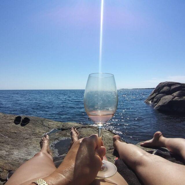 Solsken i ett glas - skål på Sveriges dag! @domainedegarbelle #nationaldag #rosevin #sverige  #sommar #sol #bästkusten #vintips @hallbusvin #hallbusvintips #rose  #vinonline #vinprovning #vinprova #matochvin #vinochmat #vinporr #matporr #wineporn #foodporn #skål #älskavin #vin #vino #wine #winelover #winestagram #winetasting #winetime #inspiration #sommelier #sommlife
