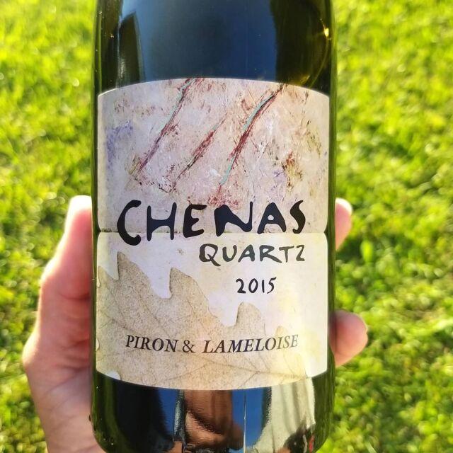 Det är underbart när man snubblar över ett vin som har det där lilla extra, är grymt gott och passar som handen i handsken till det man äter. Vi snubblade igår, drack ett av de bättre röda vinerna från Beaujoulais vi smakat - Chenas Quarts Domaine Piron-Lameloise, 2015,Beaujolais,Frankrike(95450) för193 kr. Beaujoulaisviner är så oerhört mycket mer än Beaujoulais Noveau, som enlig mig är riktigt ruskigt, men smaken som baken. Chenas Quarts är en fröjd att sniffa och smaka, bärigt, röda vinbär tillsammans med mörkare vingummin, en integrerad kärnkärvhet som ger struktur, lite stalltoner och skog samt en fin eftersmak som går lite åt lingon. Mitt i allt detta finns en godiston som är typiskt för druvan i Beaujoulais, gamay, men långt ifrån något kletigt godisvin, det här är ett medelfylligt, vuxet vin. Vad åt vi till detta makalösa vin då? Jo, ceasarsallad med hemmagjord, grym ceasardressing, receptet hittar ni här:https://hallbusvin.se/recept/ceasarsallad/ #beaujoulaisviner #Beaujoulais #gamay #ceasarsallad @DomainePironLameloise @vintriowine #vintips @hallbusvin #hallbusvintips  #vinprova #matochvin #vinochmat #vinporr #matporr #wineporn #foodporn #skål #älskavin #vin #vino #wine #winelover #winestagram #winetasting #winetime #inspiration #sommelier #sommlife